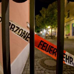 Polisens avspärrningar intill den plats där sprängladdningen utlöstes i Ansbach