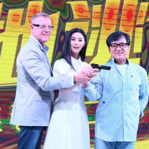 Renny Harlin står bredvid Fan Bingbing, som håller i en pistol tillsammans med Jackie Chan (t.h.)