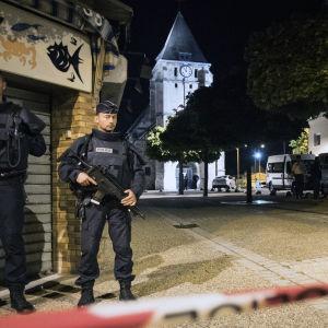 Poliser vaktar gatorna intill en kyrka i Normandie där en attack ägde rum 27.7.2016