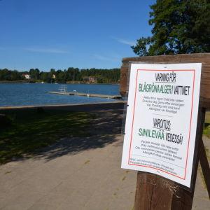 Varning för alger på Solliden camping i Pargas.