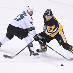San Joses Joonas Donskoi utmanar Pittsburgh-backen Olli Määttä.
