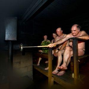 Män och kvinnor i en finsk rökbastu
