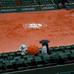 Regnet ställde in måndagens matcher i Paris, 30.5.2016.