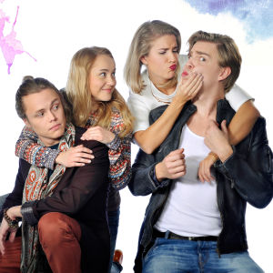 Kuvassa Tomi Lukkari (Antti Väre), Maria Nikko (Lotta Lehtikevari), Krista Kortelainen (Thelma Siberg) ja Reino Tuominen (Aku Sipola).