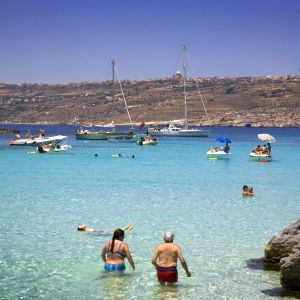 Turister vid den maltesiska ön Comino.