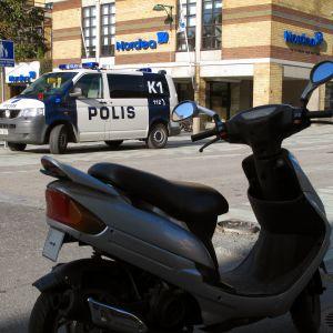 Polis på Storgatan i Jakobstad.