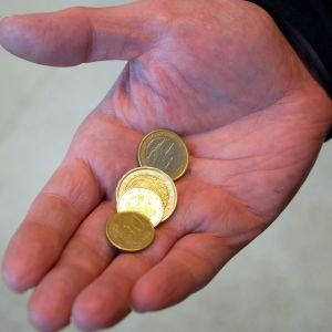 Det gäller att leva sparsamt om man ska klara sig på de lägsta bidragen och stöden.
