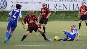 Tia-Maria Jaakonsaari i hård kanp om bollen för PK-35.