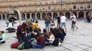 Opiskelijoita istuskelemassa Plaza Mayorilla Salamancassa