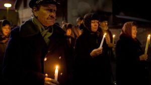 Kynttilämielenosoittajia Agnieszka Hollandin elokuvassa/minisarjassa Palava pensas (Horici Ker/Burning Bush)