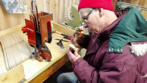 Hantverkare Martin Lindkvist i Sibbo visar hur man gör en borste