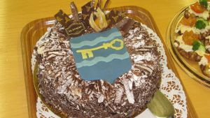 Sjundeås vapen på en tårta för att fira Sjundeås eventuellt sista budget.
