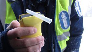 Polis håller i alkometer
