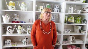 Konsthantverkare Kerstin Enbom i sin affär Sälgkullaboden i Sibbo
