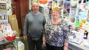 Ritva Forsberg och hennes man Kaj driver på tumanhand en symaskinsaffär i Borgå