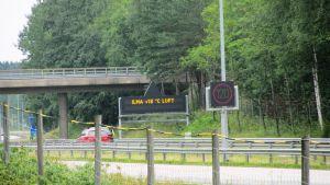 Telematikskyltar på Borgå motorväg varnar bland annat för älgar på vägen