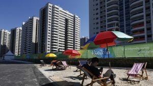 I slutet av juli pågick arbetet med att få OS-byn klar i tid.