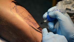 """Anders lönnfors tatueras inom ramen för kampanjen """"borgå förevigar berättelser som tatueringar"""""""