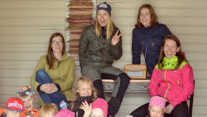 Jenny Ingman, Hanna Enlund Sofia Sundholm och Anki Virkama tillsammans med barns om provfilmar för Undra sa flundra.