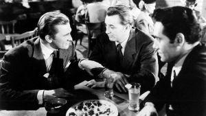 Whit Sterling (Kirk Douglas), Jeff Bailey (Robert Mitchum), Jim (Richard Webb) elokuvassa Varjot menneisyydestä