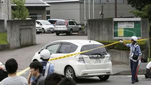 Polisens avspärrningar utanför boendet för funktionshindrade i Sagamihara