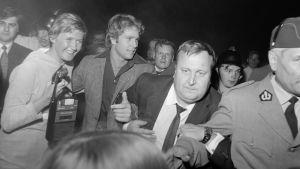 """Yhdysvaltalainen näyttelijä Ryan O´Neal vierailulla Suomessa 1970, oikealla puolellaan ohjelmajärjestäjä Tauno """"Tappi"""" Suojanen."""
