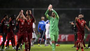 Fotbollsspelare tackar publiken.