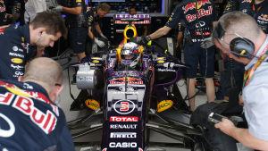Mekanikerna arbetar med Daniel Ricciardos Red Bull-bil.