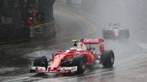 Formel 1-bil under tävling i regnväder.