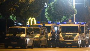 Tyska polisbilar utanför en Mc Donald's-restaurang i München.