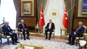 Devlet Bahceli (ledare för högernationella MHP), Kemal Kilicdaroglu (ledare för Republikanska folkpartiet CHP), president Erdogan och premiärminister Yildirim på måndagens möte 25.7.2016