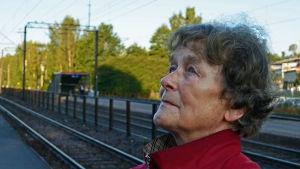 Clara Palmgren blickar upp mot stationshuset i Grankulla.
