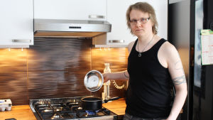 Markus Törnqvist lagar gärna mat med gasspis hemma i Rönninge i Helsingfors
