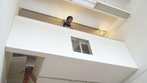 En man på ett loft