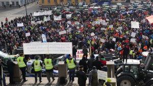 Lantbrukare demonstrerar på Senatstorget i Helsingfors.