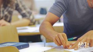 Opiskelija oppitunnilla Mäkelänrinteen lukiossa.