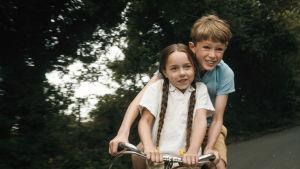 Finn Elliot ja Jocelyn Macnab sarjassa Kotiinpaluu (The Outcast)