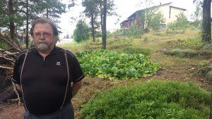 Sune Främling står utanför företaget Kirkkonummen Ilmastointi i Kyrkslätt.