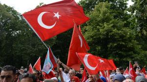 Turkar i Tyskland protesterar mot det misslyckade kuppförsöket i Berlin.