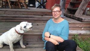 Christel Liljeström på trappan med sin hund