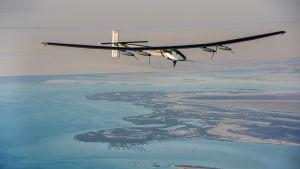 Solar Impulse 2 flyger över Abu Dhabi 3.3 2015