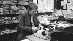 Toimittaja Kari Huhta työssään television uutistoimituksessa vuonna 1979