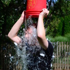 I ice bucket challenge häller man en hink iskallt vatten över sig för att uppmärksamma sjukdomen ALS.