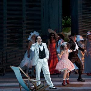 Ildebrando D'Arcangelo lauloi kreivin roolin Figaron häissä