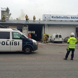 Brand vid bilverkstad på Nuppulavägen i Åbo.
