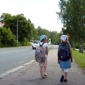Koululaisia koulumatkalla