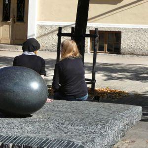 Nuoret istuvat selkä kameraan päin.