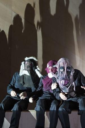 Komische Oper Berlin tunnetaan huomiota herättävistä tuotannoistaan. Kuvassa Barrie Koskyn ohjaus Jean-Philippe Rameaun oopperasta Castor ja Pollux (1737). Saksalainen oopperatalo on Helsingin Koomisen Oopperan esikuva.