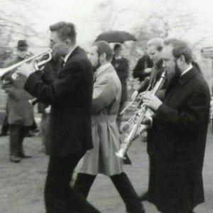 DDT Jazz Band soittaa Suomen Jazzliiton ensimmäisten Jazzpäivien kulkueessa 1967.