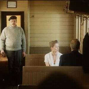 Esko Nikkarin esittämä isäntä astuu junan vaunuun. Jaana Raskin ja Heikki Nousiaisen tulkitsema pariskunta saa pian seuraa.